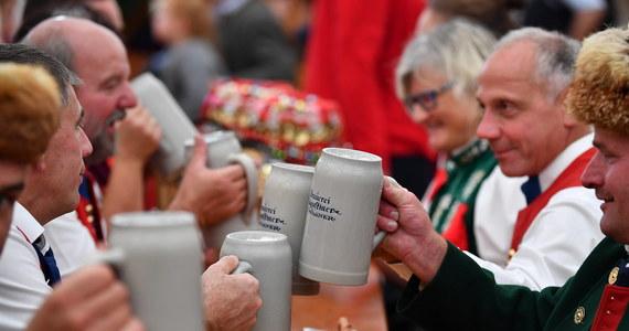 """Z powodu pandemii koronawirusa Oktoberfest zostanie w tym roku odwołany - donosi, powołując się na swoje nieoficjalne ustalenia, niemiecki dziennik """"Bild"""". Na wtorkowy poranek zapowiedziana jest konferencja prasowa premiera Bawarii Markusa Soedera i burmistrza Monachium Dietera Reitera, którzy mają poinformować o aktualnych planach ws. tegorocznej edycji słynnego festynu."""