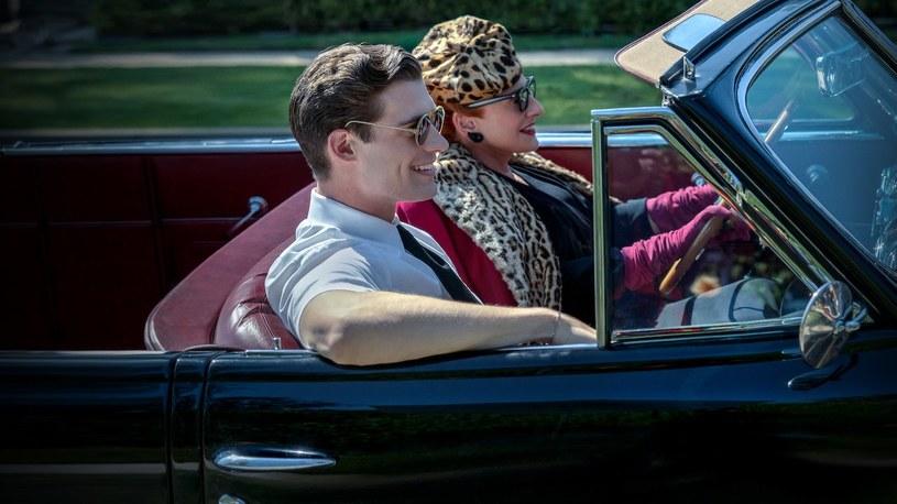 """Jest już pierwszy zwiastun """"Hollywood"""", nowej serialowej produkcji autorstwa Ryana Murphy'ego, która powstaje dla Netfliksa. Autor kilku najpopularniejszych seriali ostatnich lat, m.in. """"Glee"""" i """"American Horror Story"""", tym razem zmierzy się z legendami związanym z tzw. Złotą Erą Hollywood."""