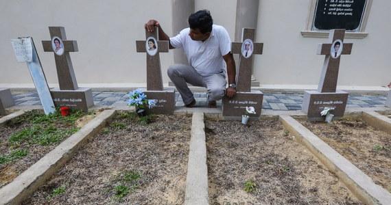 Mija rok od tragicznej Wielkanocy na Sri Lance. Zamachowcy samobójcy dokonali serii skoordynowanych ataków na kościoły oraz luksusowe hotele. Zginęło ponad 250 osób. W całym kraju rozległy się kościelne dzwony, dla uczczenia ofiar. Obchody tej tragicznej rocznicy jednak nie odbywają się na dużą skalę, ze względu na obostrzenia, jakie obowiązują w związku z rozprzestrzenianiem się koronawirusa.