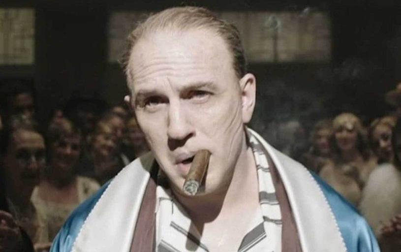 """Kilka dni temu swoją premierę miał zwiastun filmu """"Capone"""", w którym w roli głównej wystąpił Tom Hardy. Wyreżyserowany przez Josha Tranka film widział już reżyser ósmego epizodu """"Gwiezdnych wojen"""" Rian Johnson. Swoją pozytywną opinią na jego temat podzielił się za pośrednictwem Twittera."""