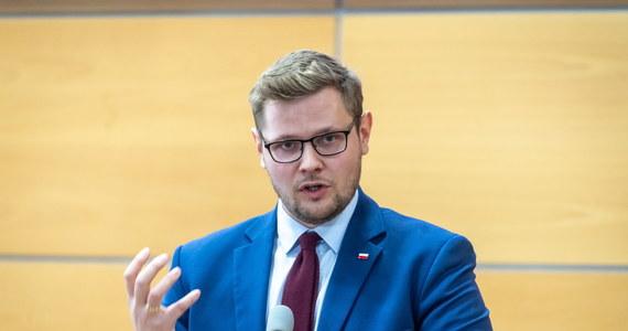 Minister środowiska, Michał Woś oddał osocze krwi. Poinformował o tym na Twitterze: sam wyzdrowiałem, teraz czas pomóc innym, osocze oddane. Terapia z użyciem osocza krwi od ozdrowieńców ma pomóc w leczeniu chorych z ciężką postacią COVID-19.
