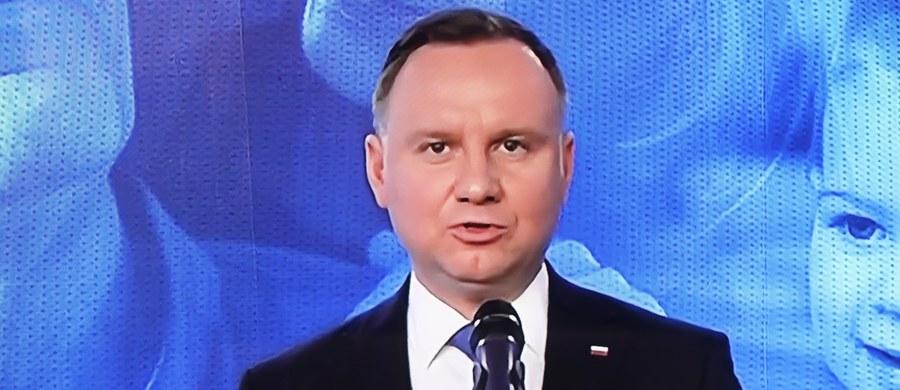 """""""Wszyscy ci, którzy mówią, że wybory są groźne dla Polaków, powinni zrozumieć, jak groźny jest brak wyborów. Jego konsekwencją będzie paraliż państwa"""" – stwierdził w wywiadzie dla """"Gazety Polskiej"""" ubiegający się o reelekcję prezydent Andrzej Duda. """"Jeśli nie wybierzemy prezydenta, to kraj pogrąży się w chaosie. Może opozycji podoba się ta perspektywa, ale dla obywateli, dla zwykłych ludzi będzie ona dramatyczna"""" – ocenił."""