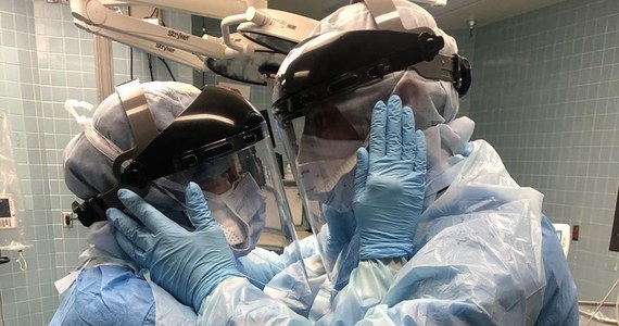 Zdjęcie Bena i Mindy w pełnym umundurowaniu przeciwkoronawirusowym obiegło cały świat. Małżonkowie dzielą razem życie i pracę, oboje są pielęgniarzami i pracują w tym samym szpitalu w Tampie na Florydzie. Ich koleżanka uchwyciła moment, kiedy w pracy między jedną operacją a druga godzą się po porannej sprzeczce.