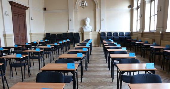 """""""O terminarzu egzaminu ósmoklasisty i matur poinformujemy wraz z premierem na jednej z najbliższych konferencji prasowych"""" - poinformował w środę na Twitterze minister edukacji narodowej Dariusz Piontkowski. Zapewnił, że arkusze egzaminacyjne są już przygotowane."""