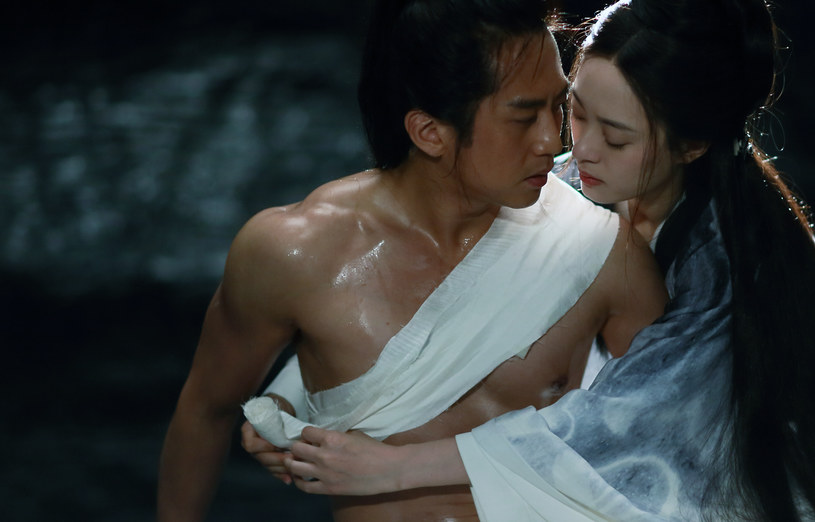 """Wielki mistrz chińskiego kina Zhang Yimou, reżyser hitów """"Dom latających sztyletów"""", """"Hero"""", """"Wielki mur"""" i """"Zawieście czerwone latarnie"""", a także laureat Złotego Lwa na Festiwalu w Wenecji za całokształt twórczości, powraca z kolejnym filmowym arcydziełem. """"Shadow"""", zachwycająca wizualnie historia z zapierającymi dech w piersiach scenami pojedynków, już 24 kwietnia zadebiutuje na VOD."""
