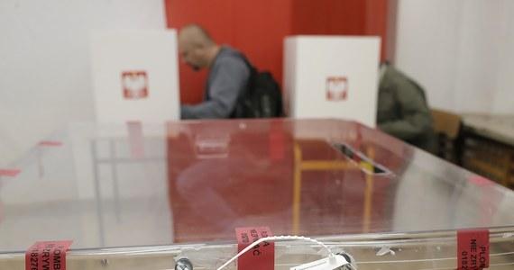 Wójtowie, burmistrzowie i prezydenci miast Opolszczyzny otrzymali dziś wysłaną z upoważnienia wojewody Adriana Czubaka zapowiedź, że w najbliższych godzinach otrzymają polecenie przekazania Poczcie Polskiej spisów wyborców, potrzebnych do przeprowadzenia wyborów korespondencyjnych. Jeśli wojewoda rzeczywiście takie polecenie wyda - będzie ono bezprawne.
