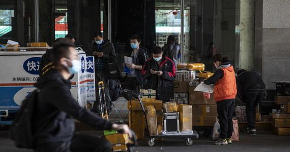 Po przejściu szczytowego okresu epidemii koronawirusa mieszkańcy chińskiego miasta Kanton rozluźnili kontrole, wrócili do pracy i znów tłumnie wychodzą na ulice. Strach powrócił jednak do dzielnic, w których wykryto ostatnio szereg nowych infekcji.