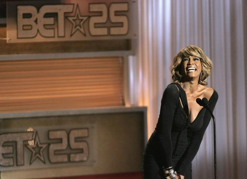 """""""I Wanna Dance with Somebody"""" to tytuł jednego z największych przebojów Whitney Houston. Będzie to również tytuł powstającego właśnie filmu biograficznego poświęconego tej tragicznie zmarłej wokalistce. Scenarzystą został Anthony McCarten (""""Bohemian Rhapsody"""")."""