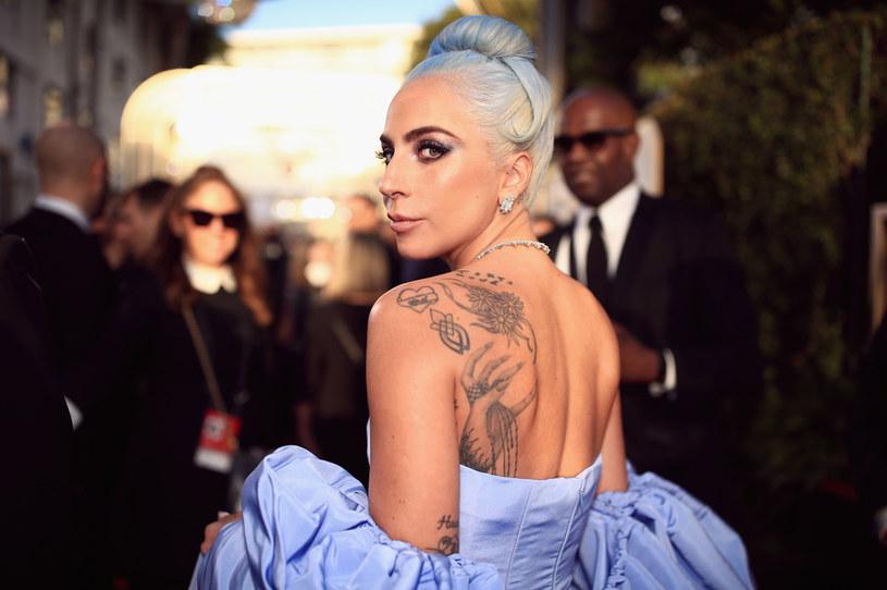 Promocja nowej płyty Lady Gagi permanentnie zakłócana jest przez hakerów. Tym razem światło dzienne ujrzała tracklista albumu. Wokalistka natychmiast zareagowała w mediach społecznościowych.