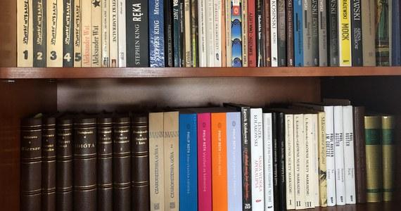 """23 kwietnia to Światowy Dzień Książki i Praw Autorskich. """"Moc książek powinna być wykorzystywana do walki z izolacją"""" - podkreśla w tegorocznym przesłaniu UNESCO. Z powodu pandemii koronawirusa wiele księgarń na całym świecie działa tylko w sieci. """"Tęsknimy za spotkaniami autorskimi, za naszymi czytelnikami"""" - mówią w RMF FM pisarze w Światowym Dniu Książki."""