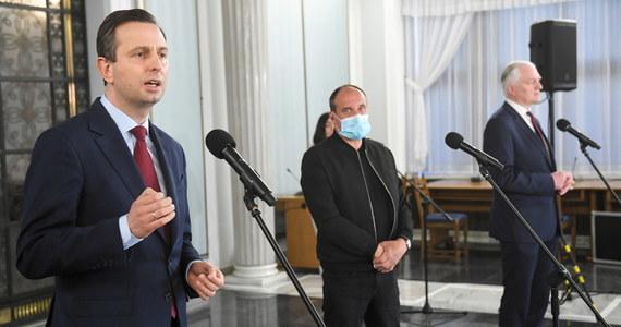 Zgadzamy się co do tego, że 10 maja nie da się przeprowadzić wyborów prezydenckich, a kompromisowym dla wszystkich terminem wyborów może się okazał sierpień - mówili po czwartkowym spotkaniu Jarosław Gowin, Władysław Kosiniak-Kamysz i Paweł Kukiz.