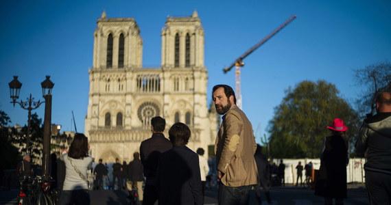 """Prace przy odbudowie katedry Notre Dame w Paryżu, wstrzymane w marcu z powodu pandemii koronawirusa, """"ruszą stopniowo"""" od poniedziałku - ogłosiła placówka odpowiedzialna za odbudowę świątyni, która częściowo spłonęła w kwietniu 2019 roku."""