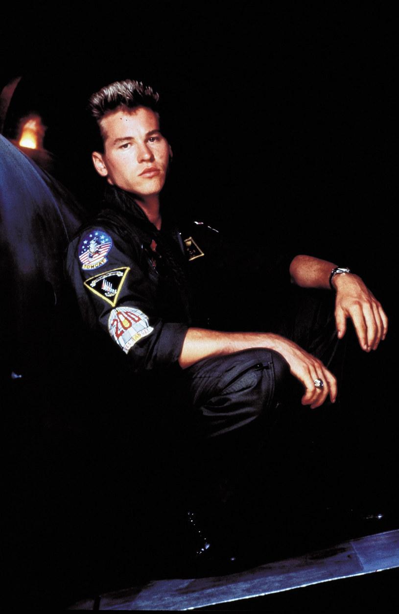 """""""Top Gun Maverick"""", czyli kontynuacja głośnego hitu Tony'ego Scotta, miała trafić do kin w czerwcu tego roku. Z powodu pandemii koronawirusa premiera filmu została jednak przełożona na grudzień. Z oryginalnej obsady filmu w sequelu zobaczymy Toma Cruise'a oraz Vala Kilmera. Ten drugi wyznał w swoich pamiętnikach, że musiał błagać producentów o to, żeby dali mu rolę."""