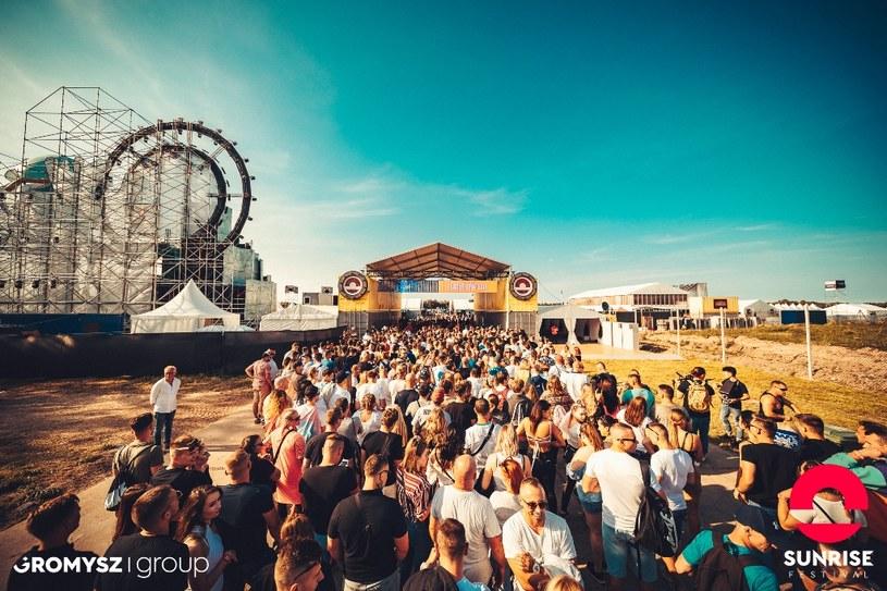 Sunrise Festival 2020 został przełożony na następny rok. Powodem jest zagrożenie epidemiczne związane z pandemią koronawirusa. Jak zapewniają organizatorzy najważniejsze jest zdrowie i bezpieczeństwo uczestników, dlatego musieli podjąć taką decyzję.