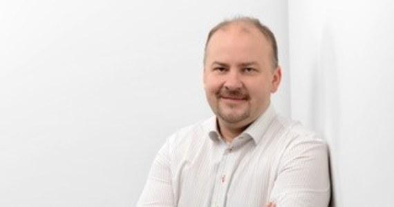 """""""Bardzo poważny rozwiązaniem kryzysowym (dla biur podróży) są vouchery, które przenoszą umowy na przyszłość. Bardzo wiele osób, jeśli chodzi o wypoczynek dzieci, dzisiaj decyduje się na to, by przenieść tę umowę w formie vouchera na przyszły rok"""" – mówił w Popołudniowej rozmowie w RMF FM wiceprezes Polskiej Izby turystyki Andrzej Kindler. Zaznaczył, że jeśli """"poziom tych voucherów będzie na znaczącym poziomie"""", to znacząco pomoże to branży turystycznej w czasie kryzysu związanego z pandemią koronawirusa. Pytany o to, czy szybkie otwarcie granic uratuje turystykę, Kindler powiedział, że """"samo otworzenie granic i hoteli bez wprowadzenia procedur bezpieczeństwa, żeby nasi klienci czuli się bezpieczni, nic nie da""""."""
