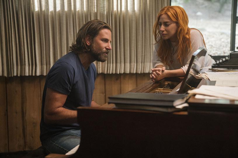 """Dzięki """"Narodzinom gwiazdy"""" ogromną popularność zyskał utwór """"Shallow"""", wykonywany przez Lady Gagę i Bradleya Coopera. Na ścieżce dźwiękowej tego muzycznego filmu znalazło się jednak o wiele więcej piosenek. Jedną z nich jest """"Maybe It's Time"""" w wykonaniu Coopera. Okazuje się, że kompozytor piosenki Jason Isbell nie wierzył w umiejętności wokalne gwiazdora."""
