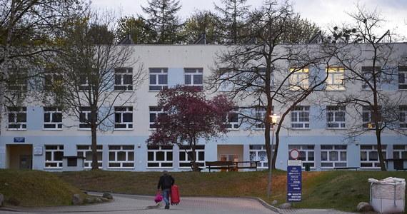 Wojewódzki Szpital Psychiatryczny w Gdańsku został objęty całkowitą kwarantanną. U 15 członków personelu medycznego i członka załogi karetki potwierdzono zakażenie koronawirusem. Trwają badania pacjentów i pozostałych osób z personelu.