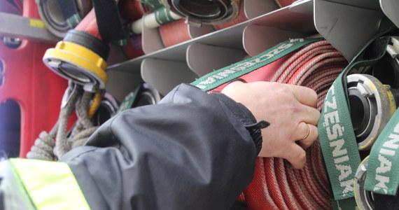 20 zastępów straży pożarnej gasi pożar hali przemysłowej na terenie Specjalnej Strefy Ekonomicznej w Starachowicach. Ucierpiała jedna osoba.