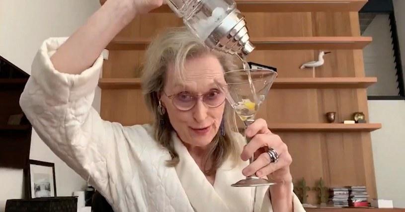 W niedzielny wieczór na kanałach społecznościowych Broadwayu został wyemitowany specjalny program na żywo z okazji 90. urodzin musicalowego kompozytora Stephena Sondheima. Jedną z uczestniczek programu była Meryl Streep, która połączyła się z widzami za pośrednictwem kamery internetowej. Ubrana w szlafrok gwiazda uczestniczyła z domu w wykonaniu jednego z utworów mistrza.