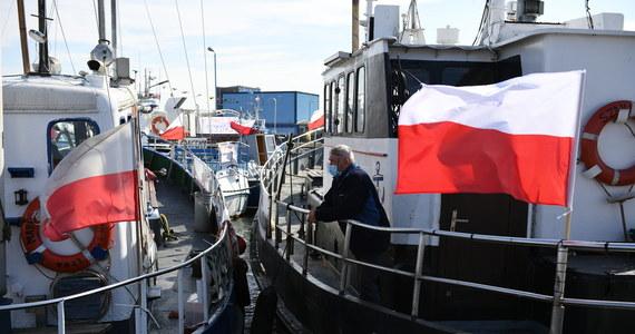 Członkowie sztabu kryzysowego armatorów rybołówstwa rekreacyjnego wezwali rząd do rozmów na temat ich postulatów. Ich protest to ciąg dalszy trwającego od kilku miesięcy sporu z rządem dotyczącego rekompensat za unijny zakaz połowu dorsza na Bałtyku. Protestujący nieoficjalne przyznają, że w środę może dojść do zablokowania strategicznych portów, jak Port Północny, Baza Kontenerowa, wejście do Gdańska i Gdyni, możliwe jest także blokowanie promów oraz bazy paliw płynnych LNG w Świnoujściu.