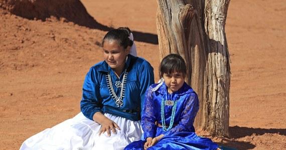 """59 zgonów na Covid-19 odnotowano od początku epidemii w rezerwacie Indian Nawaho na terenie Arizony, Nowego Meksyku oraz Utah. To więcej niż w 13 z amerykańskich stanów. Władze plemienia mówią, że rząd federalny """"po raz kolejny o nich zapomniał""""."""