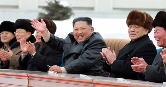 Mam rozeznanie co do stanu Kim Dzong Una, ale nie mogę o tym na razie mówić. Życzę mu zdrowia - powiedział na konferencji prasowej prezydent USA Donald Trump, pytany o stan zdrowia północnokoreańskiego dyktatora. Od kilku dni pojawiają się plotki, że Kim Dzong Un nie żyje lub jest w stanie wegetatywnym.