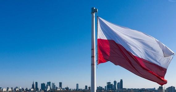 2 maja obchodzimy Dzień Flagi Rzeczypospolitej Polskiej. To święto wprowadzone na mocy ustawy z 20 lutego 2004 roku. Za kilka dni ulice przystrojone będą narodowymi barwami. Co one oznaczają? O czym pamiętać wywieszając polską flagę?