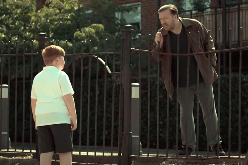 """Choć drugi sezon """"Afterlife"""" zadebiutował na Netfliksie zaledwie kilka dni temu, fani już chcą wiedzieć, czy planowana jest kolejna transza tej produkcji. Ricky Gervais, który jest nie tylko odtwórcą głównej roli, ale też scenarzystą, współproducentem i reżyserem tego serialu, wyznał, że ma pomysły na kontynuację. Ale o tym, czy ona powstanie, zadecydują widzowie."""
