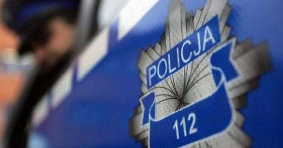 15-letnia pacjentka jednego ze szpitali w Radomiu zadzwoniła na numer alarmowy z informacją, że w szpitalu podłożona jest bomba. Dziewczyna chciała wykorzystać zamieszanie spowodowane fałszywym alarmem, by spotkać się z chłopakiem. Teraz zajmie się nią sąd dla nieletnich.