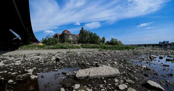 O kilka miesięcy wcześniej niż w ubiegłym roku Wody Polskie w Poznaniu wydały komunikat o tzw. niżówce hydrologicznej. Chodzi dokładnie o wysychanie wody w pierwszych warstwach wodonośnych, czyli w studniach, na głębokości około 150 metrów. Wody brakuje też w Warcie. Jej poziom na poznańskim odcinku wynosił we wtorek dokładnie 136 cm, przy czym średni (nie podwyższony!) poziom rzeki to około 250 cm. Różnica oscyluje więc w granicach 120 cm. W zeszłym roku w tym samym czasie różnica między średnim a faktycznym stanem poziomu wody wynosiła natomiast zaledwie ok. 60 cm.
