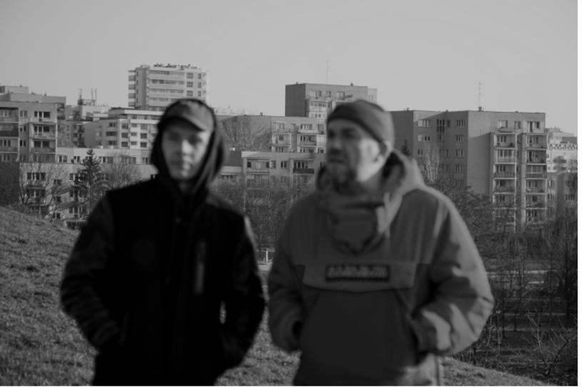 """Premiera dokumentalnego filmu """"Skandal. Ewenement Molesty"""", opowiadającego o kultowym składzie hip-hopowym, miała odbyć się w maju na festiwalu Millennium Docs Against Gravity. Dystrybutor Best Film zapewnia, że obraz w reżyserii Bartosza Paducha trafi na kinowe ekrany."""