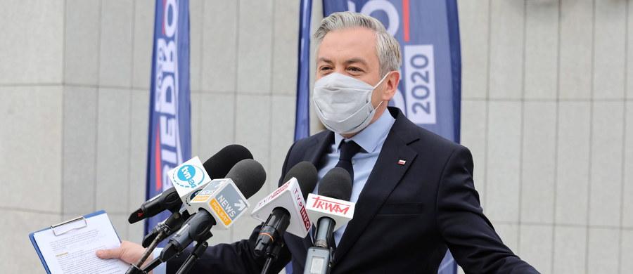 """""""Musimy mieć gwarancję, że instytucje międzynarodowe będą obecne w Polsce podczas zbliżających się nieuchronnie wyborów. Kaczyński w swym szaleństwie przeprowadzi te wybory, ale musimy zbierać dowody na nikczemność tej władzy"""" – stwierdził kandydat Lewicy na prezydenta – Robert Biedroń. """"Wyślę dzisiaj do sekretarza generalnego OBWE oraz dyrektora ODIHR-u (Biuro Instytucji Demokratycznych i Praw Człowieka) pismo z prośbą o wysłanie obserwatorów międzynarodowych tych wyborów. Takie samo pismo wysyłam do sekretarza generalnego Rady Europy oraz sekretarza Zgromadzenia Parlamentarnego Rady Europy"""" - poinformował."""