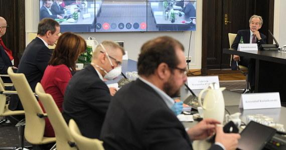 Trzy połączone komisje senackie nie zajęły we wtorek stanowiska w sprawie ustawy o wyborach korespondencyjnych, przekładając tę decyzję na 4 maja. Komisje wysłuchały jedynie opinii instytucji i ekspertów. Zdaniem szefa PKW na podstawie tej ustawy 10 maja nie uda się przeprowadzić wyborów.