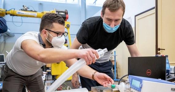 Naukowcy Wydziału Inżynierii Materiałowej UTP i pracownicy bydgoskich firm Climat i Medseven opracowują prototyp prostego respiratora do wspomagania pacjentów z niewydolnością oddechową. Projektem budowy tego respiratora zainteresowało się ministerstwo nauki, które udzieliło finansowego wsparcia.
