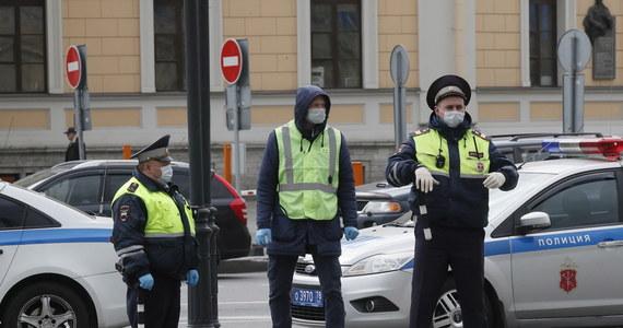 MSW Rosji ogłosiło projekt kodeksu etyki dla policjantów. Zaleca w nim funkcjonariuszom godne i życzliwe zachowanie oraz powstrzymywanie się od przekleństw. Są też zalecenia dotyczące wyglądu: wyprasowany mundur, u mężczyzn starannie ogolona twarz, a u kobiet umiarkowany makijaż.