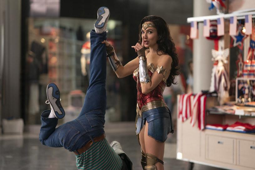 """W czerwcu 2017 roku burzliwą dyskusję wywołała informacja o wysokości gaży, jaką za udział w filmie """"Wonder Woman"""" otrzymała występująca w nim w roli głównej Gal Gadot. Było to 300 tysięcy dolarów, co w porównaniu z pensjami mężczyzn występujących w podobnych filmach było sumą z kategorii """"na waciki"""". Dziś aktorka może liczyć na znacznie wyższe gaże. Najnowszy numer """"Vanity Fair"""" powtarza za portalem """"Variety"""", że tym razem za udział w filmie """"Wonder Woman 1984"""" Gadot zainkasowała już 10 milionów dolarów."""