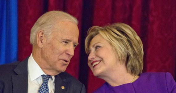 """Hillary Clinton oficjalnie poparła kandydaturę Joe Bidena na prezydenta USA. """"W tych czasach nasz kraj potrzebuje takiego przywódcy i prezydenta jak Biden"""" - ogłosiła Clinton podczas publicznej rozmowy online z Bidenem. Po drugiej stronie barykady stanie w listopadowych wyborach prezydenckich obecny gospodarz Białego Domu Donald Trump."""