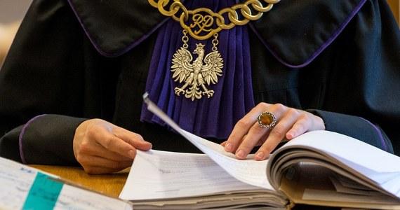 Komisja Europejska uruchomiła przeciwko Polsce procedurę o naruszenie unijnego prawa w związku z ustawą dyscyplinującą sędziów. Zdaniem unijnych komisarzy, uchwalone w grudniu przepisy podważają niezależność polskich sędziów i są sprzeczne z zasadą nadrzędności prawa UE. Polska może więc po raz kolejny zostać pozwana do Trybunału Sprawiedliwości UE za nieprzestrzeganie zasad praworządności.