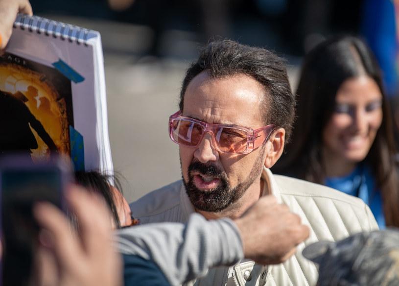 """W filmie """"Zostawić Las Vegas"""", który przyniósł mu Oscara, Nicolas Cage wcielił się w zrujnowanego scenarzystę, który pojechał do Las Vegas, by tam zapić się na śmierć. Niedawno aktor zaliczył incydent, w którym pobrzmiewa echo tego filmu. Cage został wyrzucony z jednej z restauracji w stolicy hazardu, bo był pijany w sztok i się awanturował. Początkowo wzięto go za bezdomnego."""