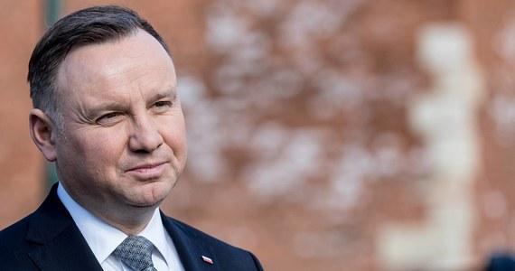 """Podczas briefingu w Jazgarzewie (woj. mazowieckie), prezydent Andrzej Duda apelował, że woda retencjonowana (zbierana w zbiornikach) stanowi w Polsce zaledwie 6,5% wszystkich wód. """"Musimy to zmienić"""" - dodał."""