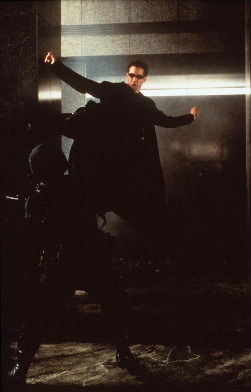 """David Leitch i Chad Stahelski to jedni z najlepszych koordynatorów scen kaskaderskich w Hollywood. Doświadczenie zbierane na planach hollywoodzkich superprodukcji zaowocowało w filmach, które sami reżyserowali, czyli w seriach """"John Wick"""" i """"Deadpool"""" oraz filmie """"Atomic Blonde"""". Jedną z najsłynniejszych serii, przy których pracowali, był cykl """"Matrix"""". Lana Wachowski - reżyserka powstającej właśnie czwartej części cyklu - po raz kolejny poprosiła Leitcha i Stahelskiego o pomoc w przygotowaniu scen akcji."""