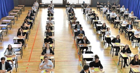 Nie widzę powodu, żeby ósmoklasiści i maturzyści musieli siedzieć w maseczkach podczas egzaminów - podkreślił w czwartek minister edukacji narodowej Dariusz Piontkowski.