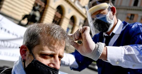 Fryzjerzy z Neapolu, strzygąc w czwartek ludzi na jednym z placów, domagali się od rządu Włoch zgody na otwarcie ich salonów, zamkniętych z powodu pandemii od marca. Wcześniej zapowiedziano, że zakłady fryzjerskie mogą wznowić pracę 18 maja.