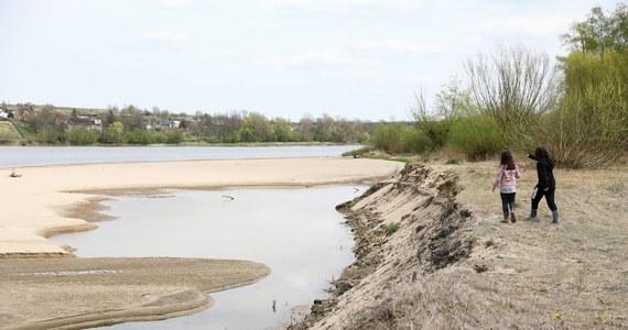 Podczas suszy z lotu ptaka jeszcze lepiej widać na polach pozostałości po dawnych budowlach, a z rzek wyłaniają się m.in. wraki. Bardzo suchy okres jest zatem szansą na nowe odkrycia. Jednak woda ma właściwości konserwujące. Bez niej drewniane zabytki szybko ulegną zniszczeniu - alarmują archeolodzy.