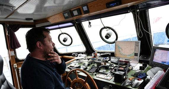 Ponad 50 statków rybołówstwa rekreacyjnego utrudniało na Zatoce Gdańskiej żeglugę kontenerowcowi Maersk, płynącemu do terminalu DCT Gdańsk. Był to protest rybaków, aby rząd spełnił ich postulaty.