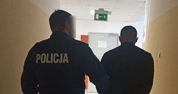 Stołeczni policjanci zatrzymali obywatela Ukrainy z amfetaminą, która wystarczyłaby na 50 działek. Prokurator postawił mu zarzut posiadania znacznej ilości środków odurzających, za co grozi do 10 lat więzienia – poinformowała policja na swoich stronach internetowych.