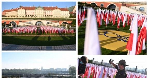 2 maja to dzień szczególny - Święto Flagi Rzeczypospolitej. Od wielu lat obchodzimy to święto wspólnie z wami - słuchaczami RMF FM. W przeszłości z Biało-czerwoną zdobywaliśmy najwyższe góry, wysyłaliśmy ją balonami czy przemierzaliśmy kraj w sztafetach. Dziś również świętujemy, choć przez wyjątkową sytuację - w zupełnie inny sposób. Na Zamku Królewskim w Warszawie ułożyliśmy Morze Flag.