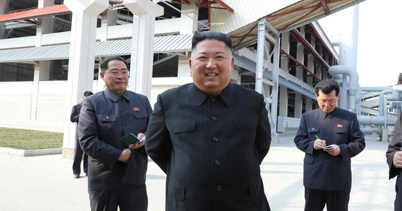 """""""Ze swej strony cieszę się, że wrócił i jest w dobrej formie"""" - napisał w sobotę na Twitterze prezydent Donald Trump po tym, jak oficjalne media w Korei Północnej pokazały zdjęcia Kim Dzong Una, którego nieobecność w ostatnich tygodniach wywołała falę spekulacji nt. stanu jego zdrowia."""