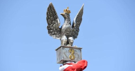 229 lat temu, 3 maja 1791 r., Sejm Czteroletni po burzliwej debacie przyjął przez aklamację ustawę rządową, która przeszła do historii jako Konstytucja 3 Maja. Była drugą na świecie i pierwszą w Europie ustawą regulującą organizację władz państwowych, prawa i obowiązki obywateli.