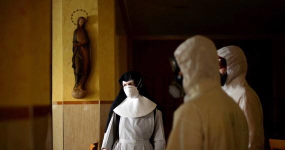 Do 52 wzrosła liczba zakażonych z ogniska koronawirusa w klasztorze Zgromadzenia Sióstr Miłosierdzia św. Wincentego a Paulo w Chełmnie (Kujawsko-pomorskie). W niedzielę COVID-19 potwierdzono u osoby, która miała kontakt z pracownikiem klasztoru. Biskup toruński wezwał do modlitwy za chorych.